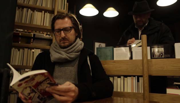 Fotografía de Eduardo Laporte leyendo su nuevo libro en la librería Walden.