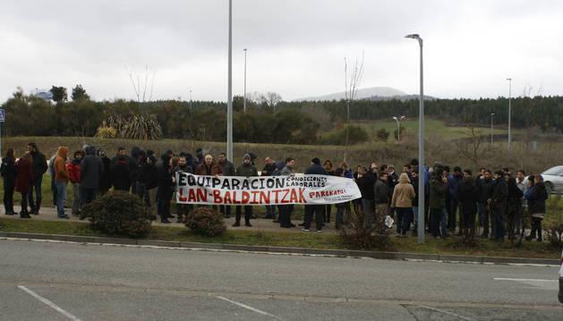 Trabajadores concentrados ayer ante la sede de Tracasa en Sarriguren.
