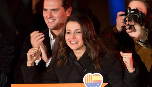 Inés Arrimadas, junto a Rivera, celebra su victoria.