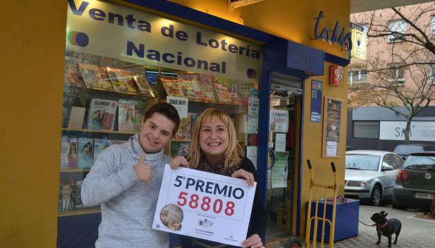 Maite Cuenca y su hijo Carlos Santana, en su tienda de Burlada donde han vendido el quinto premio.