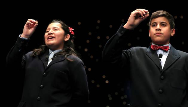 Los niños de San Ildefonso Yossueff Salhi (d) y Noelia Katiuska (i) han cantado el número 71.198 que ha sido agraciado con el Gordo de Navidad, dotado con cuatro millones de euros por serie (400.000 euros por décimo), en el Sorteo Extraordinario de la Lotería de Navidad celebrado hoy en el Teatro Real