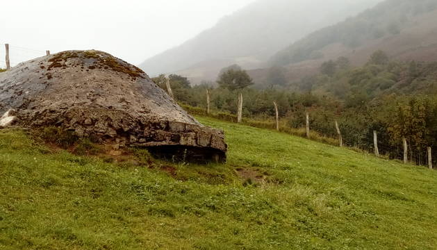 Posición (punto 11 del recorrido) de fusil ametrallador al pie del Monte Auza (al fondo) en Baztan.