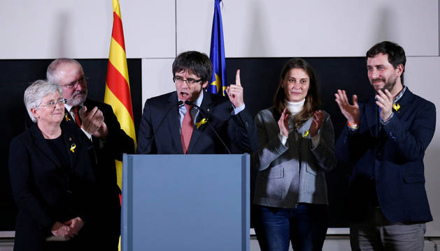 El expresidente de la Generalitat, Carles Puigdemont, durante su comparecencia en Bruselas junto a los exconsejeros.