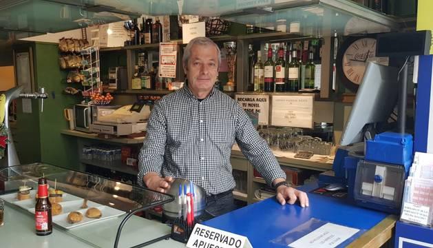 Alberto Figueira, del bar Talismán, que ha vendido un quinto premio de la lotería