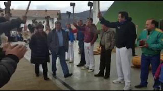 Homenaje al aizkolari Miguel Mindeguía en Ezkurra