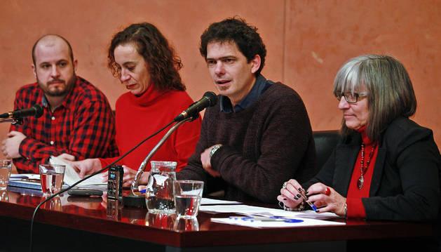 Desde la izquierda, Rubén Unanua (Red contra la Pobreza), Patricia Ruiz (coordinadora de ONDG), Javier Liras (Red de Economía Solidaria) y Mª Luz Sanz (Cermin), en rueda de prensa.