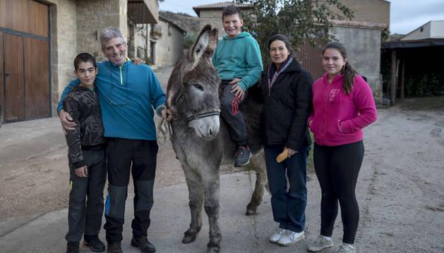 Desde la izquierda, Juan Hernández; su padre Santi Izuriaga, la burra 'Canela'; montado en ella, Mikel Labiano Liberal, sobrino; Mariví Labiano Álvarez, la mujer de Santi; y Patricia Labiano Liberal, sobrina, en Orísoain.