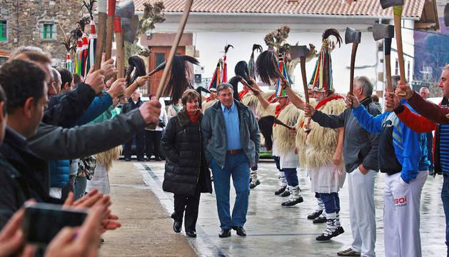 Bajo el arco del triunfo simbólico, aizkoras en alto, Miguel Mindeguía y su mujer, María Jesús Mutuberria, ayer en el frontón de Ezkurra.