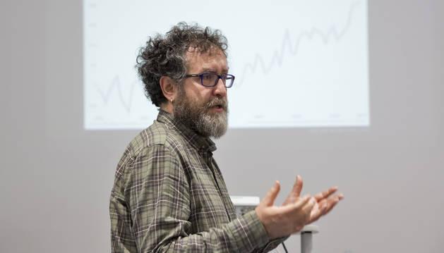 Javier Arbuniés, durante el taller celebrado en la biblioteca de la Chantrea.