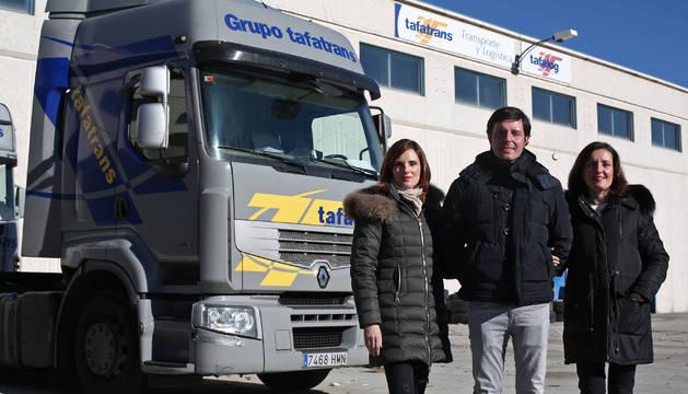 Los tres hermanos que dirigen la empresa familiar Tafatrans, en la Ciudad del Transporte. De izquierda a derecha: Irache, Miguel y María Suárez Martínez.