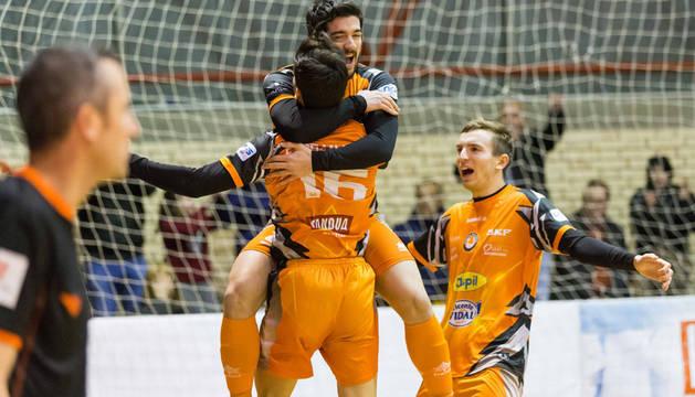 Iago Rodríguez celebra el segundo tanto del Aspil-Vidal ante Levante abrazado a Ferrán y en compañía de Sergio.