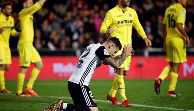 El delantero del Valencia Santi Mina en un momento del partido ante el Villarreal.