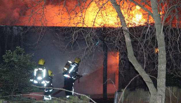 Imagen de bomberos apagando el incendio en el zoo de Londres.