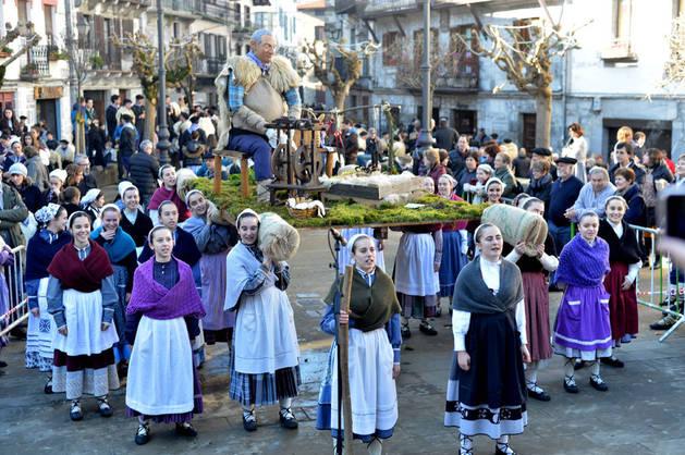 Imagen de uno de los grupos participantes en el certamen de Olentzero celebrado el domingo por la mañana en la plaza Zaharra, de Lesaka.