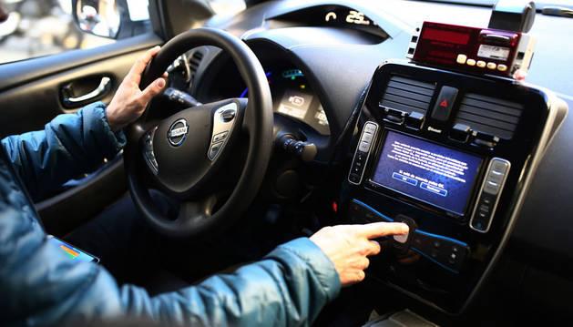 Imagen de una persona dentro de un coche eléctrico.