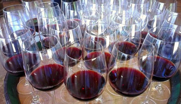 Vinculan el aumento del consumo de alcohol con el tamaño de las copas de vino