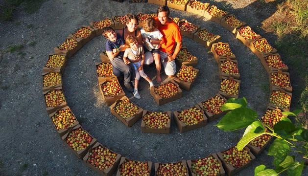 Colaboradores en la finca de Caña Dulce con sus hijos.