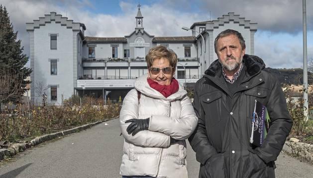 Nati Mundín Ocáriz y Tito Sánchez Lumbier, de Nagusilan, posan delante de la residencia San Jerónimo.