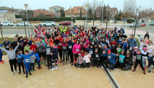 Los participantes en la prueba solidaria posan en las inmediaciones de las instalaciones deportivas Clara Campoamor antes del comienzo de la carrera.