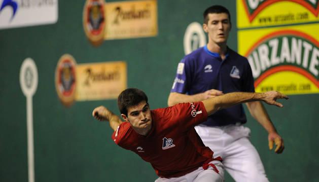 El navarro José Javier Zabaleta, a punto de golpear la pelota ante Beñat Rezusta.