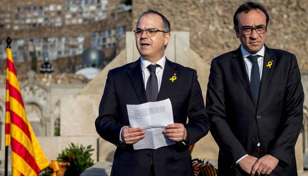 Los exconsellers y diputados electos Jordi Turull (i) y Josep Rull (d) leen el mensaje enviado por el expresidente de la Generalitat Carles Puigdemont desde Bruselas