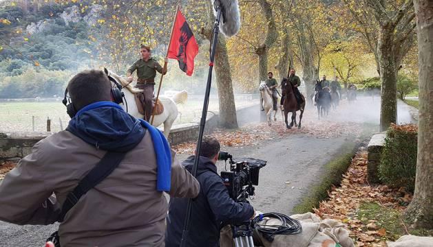 El grupo de jinetes entra al entorno del Monasterio de Iranzu mientras la cámara capta la imagen.