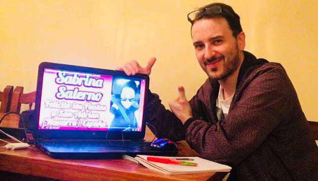 Óscar Serra Cabezón muestra la felicitación que ha enviado la cantante italiana Sabrina Salerno.