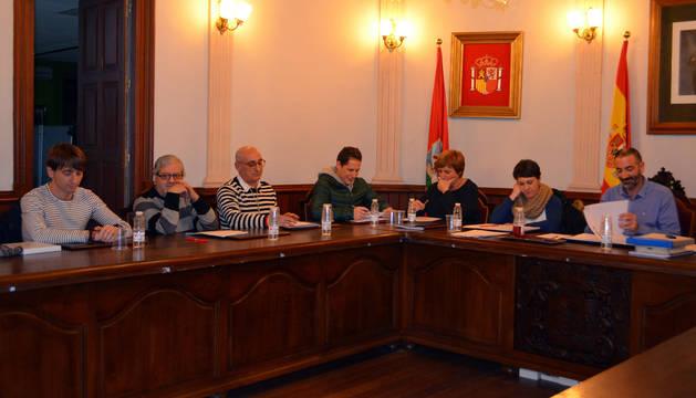 Instante del pleno extraordinario celebrado el pasado viernes, con el alcalde, Gorka García, a la derecha.
