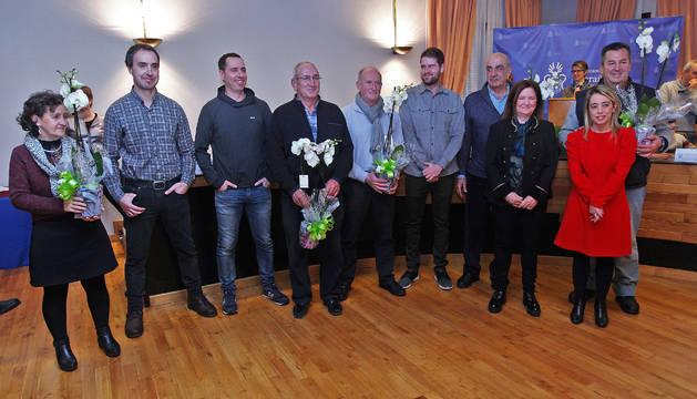 Trabajadores municipales homenajeados junto a los ediles que les entregaron el reconocimiento.
