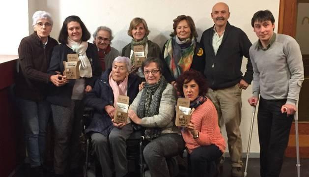 Voluntarios de la Fundación Vicente Ferrer en Navarra posan con la caja del 'hiperregalo'.