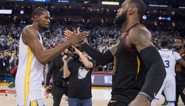 LeBron y Durant se saludan tras el partido.