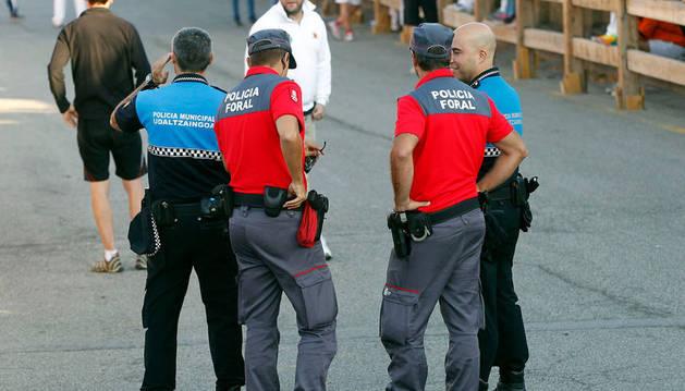 Imagen de policías forales junto a dos agentes locales.