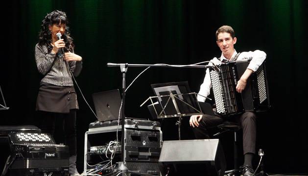 El acordeonista Eneko Sota, junto a su madre Idoya Zabaleta, en el escenario del Sarasate de Castejón.