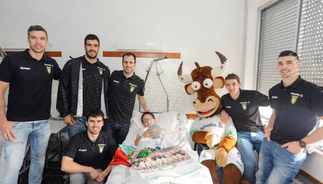 Varios jugadores y la mascota, Gigi, han compartido una mañana con los niños ingresados y los trabajadores.