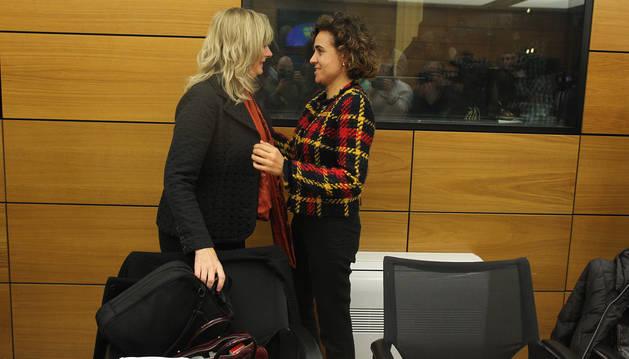 La consejera Ana Ollo saluda a la Ministra de Sanidad, Servicios Sociales e Igualdad, Dolors Montserrat.