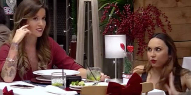 Imagen de Lidia (izquierda) conversando con Almudena (derecha) sobre sus citas en First Dates.