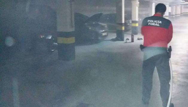 Imagen de un agente de la Policía Foral, apagando el fuego en un garaje de Buztintxuri.