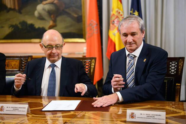 El ministro Cristóbal Montoro y el consejero Mikel Aramburu, en el momento de la firma.