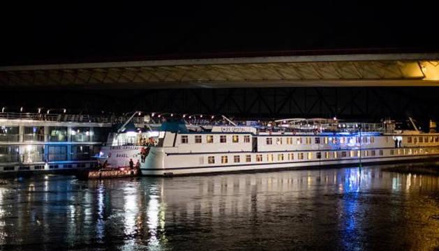 El crucero, tras chocar contra el puente en Duisburgo.