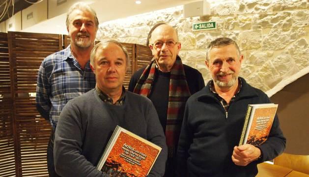 Foto de Juantxo Merino Iriarte y Miguel Ángel Del Río Inda. Delante, Jose Etxegoien Juanarena y José Antonio Burusko Burusko con dos ejemplares del libro que ayer se presentó en Pamplona.