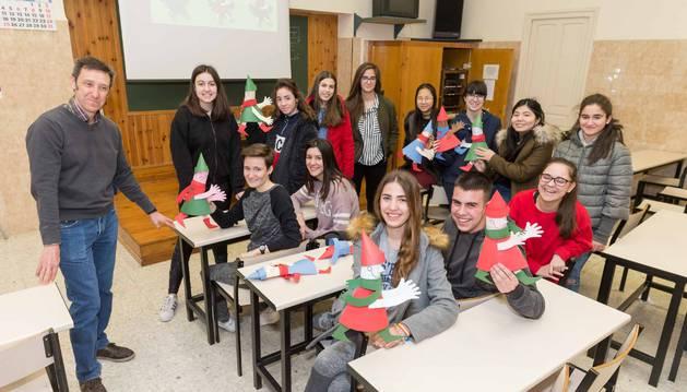 Foto de los alumnos voluntarios del Colegio Jesuitas de Tudela, junto al profesor Emilio Pérez Blanco, con los muñequitos instalados en el Hospital Reina Sofía de Tudela.
