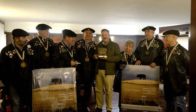 Foto de Tomás Sobrino, en el centro, con el gran consejo de la orden.