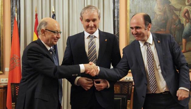 El ministro Montoro y los consejeros Aranburu y Ayerdi, en la firma de la actualización del Convenio.