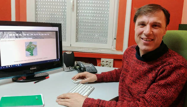 Carlos García Pardo ante la página del blog en el que vuelca toda la información sobre Resa de Navarra.