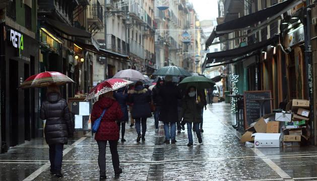Foto de lluvia en la calle Estafeta de Pamplona.