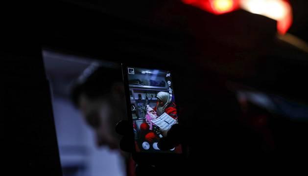 Entrega de 29 enfermos procedentes del feudo terrorista sitiado por las fuerzas gubernamentales de Siria, en el este de Damasco