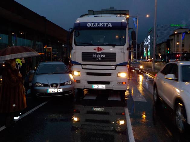 Imagen de los vehículos implicados en el accidente en la calle Yanguas y Miranda, frente a la estación de autobuses.