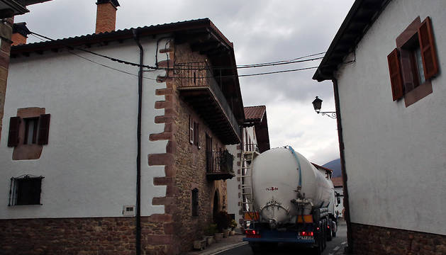 Un camión cisterna atraviesa el pueblo de Arraitz (Ultzama).