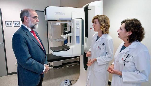 El consejero Domínguez visita el nuevo mamógrafo junto a Marisa Hermoso de Mendoza y Teresa Atondo en el Hospital García Orcoyen.