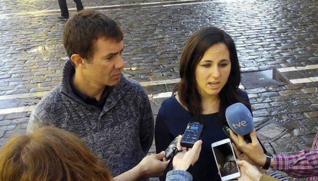 Foto de Ione Belarra y Eduardo Santos, representantes navarros de Podemos en el Congreso de los Diputados.